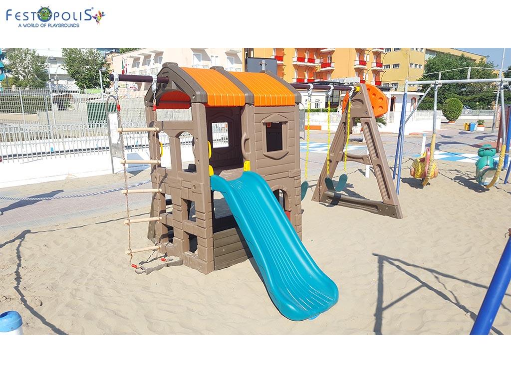 Castello delle altalene - gioco in plastica costituito da uno scivolo e due altalene. Costruito in polietilene con bulloneria in acciaio inox.-2-FEGP 097
