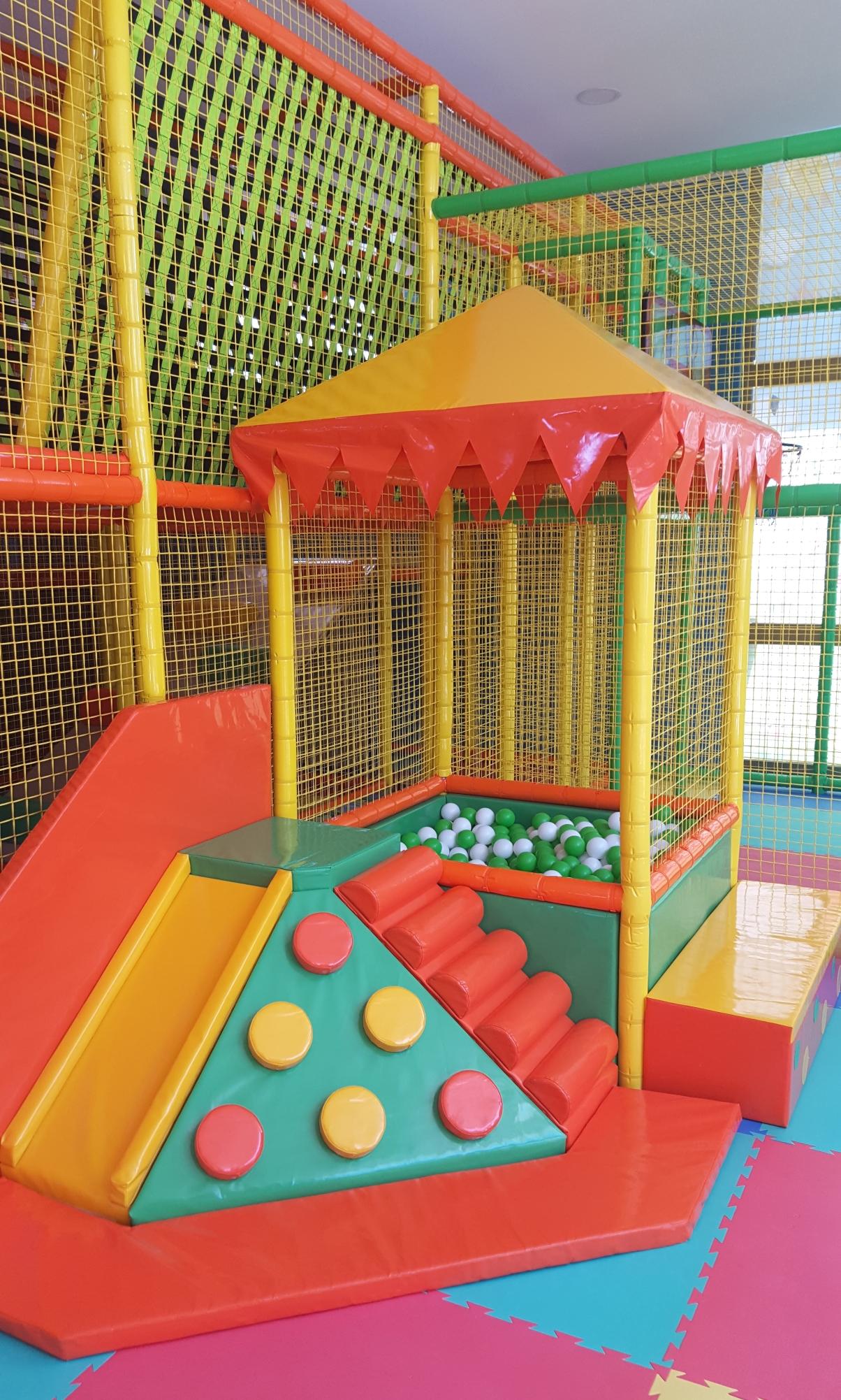 fepp-004 Piscina palline con scivolo ed arrampicata